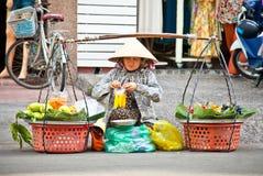 Straßenlebensmittelverkäufer in der Straße von Ho Chi Minh, Vietnam Lizenzfreie Stockfotografie