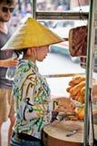 Straßenlebensmittelverkäufer in der Straße von Ho Chi Minh, Vietnam Lizenzfreies Stockfoto