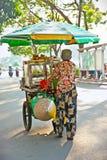Straßenlebensmittelverkäufer in der Straße von Ho Chi Minh, Vietnam Lizenzfreie Stockbilder