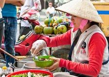 Straßenlebensmittelverkäufer in der Straße von Ho Chi Minh, Vietnam Stockfotografie