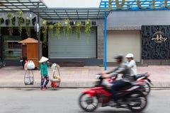 Straßenlebensmittelverkäufer im traditionellen konischen Hut Stockbilder