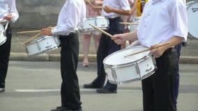 Straßenleistung des festlichen Marsches der Schlagzeugerjungen in den Kostümen auf Stadtstraße stock footage