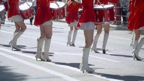 Straßenleistung des festlichen Marsches der Schlagzeugermädchen in den roten Kostümen auf Stadtstraße Langsame Bewegung stock video footage