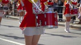 Straßenleistung des festlichen Marsches der Schlagzeugermädchen in den roten Kostümen auf Stadtstraße Nahaufnahme von weiblichen  stock video