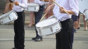 Straßenleistung des festlichen Marsches der Schlagzeugermädchen und -jungen in den Kostümen auf Stadtstraße Nahaufnahme der Hand  stock video