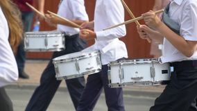 Straßenleistung des festlichen Marsches der Schlagzeugermädchen und -jungen in den Kostümen auf Stadtstraße Nahaufnahme der Hand  stock video footage