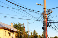 Straßenlichtsäule mit vielen Kabeln Stockbilder