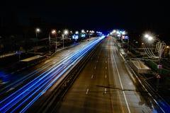 Straßenlinien auf langer Belichtung stockfotos