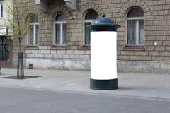 Straßenlitfaßsäule sichtbar von der Straße lizenzfreie stockbilder