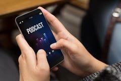 Stra?enm?dchen k?hler moderner Smartphone mit Podcast stockbilder