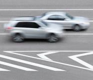 Straßenmarkierungen und -autos Stockbilder