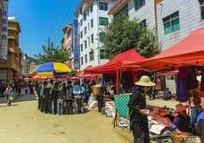 Straßenmarkt mit Hani-Dorfbewohnern an der alten Stadt von Yuanyang stockfotografie