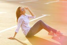 Straßenmode, hübsche Frau, die den Sommer Spaß habend genießt Stockbild