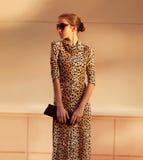 Straßenmodekonzept - recht elegante überzeugte Frau stockfotografie