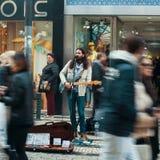 Straßenmusiker auf einer der Straßen im alten Stadtzentrum Lizenzfreies Stockfoto