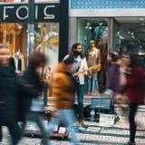 Straßenmusiker auf einer der Straßen im alten Stadtzentrum Lizenzfreie Stockfotografie