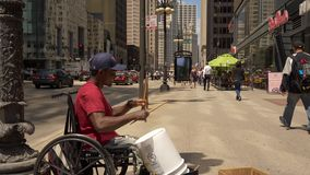 Straßenmusiker in Chicago an Michigan-Allee - CHICAGO VEREINIGTE STAATEN - 11. JUNI 2019 stock footage