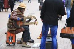 Straßenmusiker, der auf der Arbat-Straße Moskau spielt Stockfoto