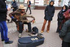 Straßenmusiker, der auf der Arbat-Straße Moskau spielt Lizenzfreies Stockbild