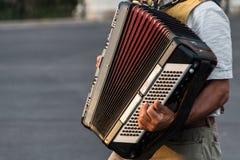 Straßenmusiker, der ein Akkordeon spielt Lizenzfreies Stockfoto