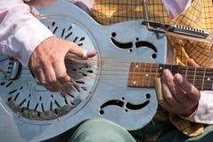 Straßenmusiker, der eine Dobrogitarre spielt Stockbilder