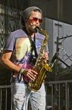 Straßenmusiker, der Saxophon auf der Straße spielt Lizenzfreie Stockfotos