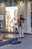 Straßenmusiker, der Violine in Stuttgart spielt lizenzfreies stockfoto
