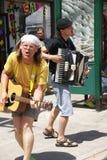 Straßenmusiker, die Akkordeon und Gitarre spielen Stockbilder