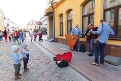 Straßenmusiker, die auf der Straße von Hrodna spielen Lizenzfreie Stockfotos