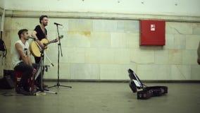 Straßenmusiker, die Musik spielen stock video footage