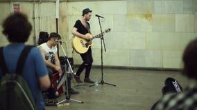 Straßenmusiker, die Musik spielen stock video