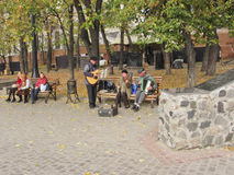 Straßenmusiker im Herbstpark Lizenzfreies Stockbild