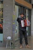 Straßenmusiker zeigt jemand einen Daumen Stockfoto