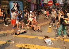 Straßenmusikerspiel auf Trommeln in Hong Kong Stockbild