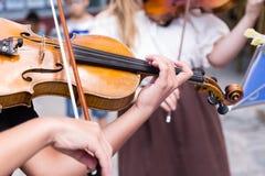 Straßenmusikerspielen Stockbild