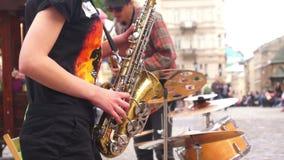 Straßenmusiksaxophon stock footage