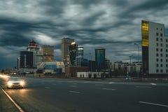 Straßennacht in Astana mit Ansicht über Stadt Kasachstan lizenzfreie stockbilder