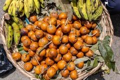 Straßennahrungsmittel in Lagos Nigeria; Banane und Agbalumo oder afrikanischer Sternapfel in einem Korb durch den Straßenrand stockfoto