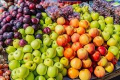 Straßennahrungsmittel in Lagos Nigeria; Früchte auf einer Laufkatze auf der Straße stockfotografie