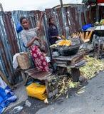 Straßennahrungsmittel in Lagos Nigeria; gebratener Mais auf der Straße lizenzfreies stockbild