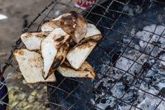 Straßennahrungsmittel in Lagos Nigeria; gegrillte gebratene Jamswurzel stockfotografie