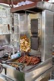 Straßennahrungsmittel in Lagos Nigeria; Huhn-shawarma, Kreiselkompassfleisch und Würstchen stockfotografie