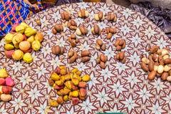 Straßennahrungsmittel in Lagos Nigeria; Kolabaumnüsse und bitterer Kolabaum breiteten auf einem Korb durch den Straßenrand aus stockbilder