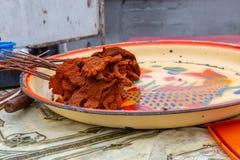 Straßennahrungsmittel in Lagos Nigeria; Suya in einem Behälter stockbild