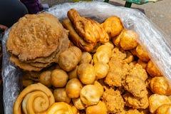 Straßennahrungsmittel in Lagos Nigeria; verschiedene Arten des Gebäcks und der Nachtische stockbilder