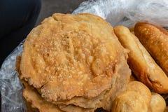Straßennahrungsmittel in Lagos Nigeria; verschiedene Arten des Gebäcks und der Nachtische lizenzfreie stockfotos