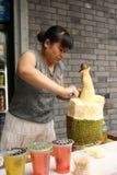 Straßennahrungsmittelverkäufer ist- Ausschnitt Durian in China Stockfotos