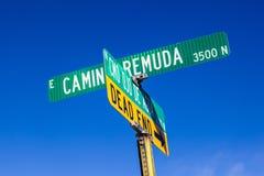 Straßennamen auf grünen Zeichen unter blauem Himmel in Tuscon lizenzfreie stockfotografie
