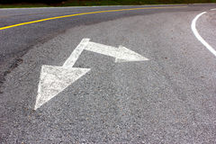Straßenpfeil-Wegweiser auf der Asphaltstraße, Transport Lizenzfreies Stockfoto