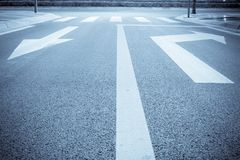 Straßenpfeilseufzer nachts Lizenzfreie Stockfotos